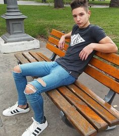Tight Jeans on sexy guys Superenge Jeans, Boys Jeans, Sexy Jeans, Ripped Jeans, Fashion Moda, Mens Fashion, Fashion Tips, Spray On Jeans, Cute Guys