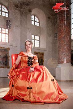 #Blumenkönigin Bettina Schraut auf dem Roten Sessel bei Memmingen blüht 2011 im #Kreuzherrnsaal #Memmingen. Disney Princess, Disney Characters, Photoshoot, Disney Princes