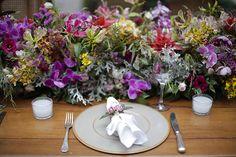 Casamento na Fazenda Vila Rica - decoração em cores vibrantes - mesa dos convidados com arranjo central de guirlanda de flores ( Foto: Studio 47   Decoração: Fabio Borgatto e Telma Hayashi )