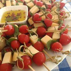 Tomatinhos cereja, queijo e manjericão com um toque de azeite temperado é uma ideia bem gostosa para petiscar. Simples Assim. #yum #aperitivo #lyliadiogenes #blogsosimplesassim #cheese #tomato Sin Gluten, Carne, Banoffee, Chocolate, Fruit Salad, Coco, Mousse, Low Carb, Cheese