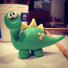 Dino en masa flexible, porcelana fría.. Dinosaur Cupcakes, Dino Cake, Dinosaur Birthday Cakes, Dinosaur Party, Dinosaur Dinosaur, Wafer Paper Flowers, Fondant Animals, How To Make Clay, Dinosaur Pattern