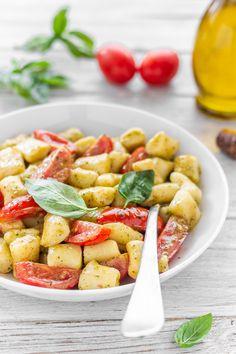 Gnocchi pesto e pomodorini Gnocchi, Ricotta, Pasta Salad, Pesto, Pizza, Ethnic Recipes, Blog, Crab Pasta Salad, Blogging