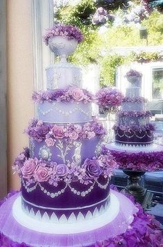 An incredible purple wedding cake. Inspiration for #purple #gems