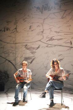 Um dos projetos das duas amigas é montar uma banda, que faz até cover do Nirvana