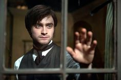 Daniel Radcliffe is looking to shake of the type-cast inevitably given to him from the Harry Potter films and he goes some way to doing so in this remake of a Hammer Horror classic. Daniel Radcliffe, Ghost Movies, Scary Movies, Halloween Movies, 3d Cinema, The Woman In Black, Harry Potter, Hammer Films, Star Wars
