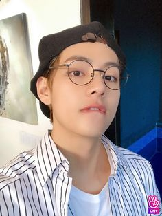Image shared by Emi. Find images and videos about beautiful, kpop and bts on We Heart It - the app to get lost in what you love. Taehyung Selca, Namjoon, Hoseok, Bts Kim, Vlive Bts, Bts Bangtan Boy, Daegu, Taekook, K Pop