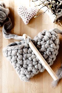 Chunky crochet heart pillow tutorial by lebeslustiger.com, Herzhäkelkissen Anleitung