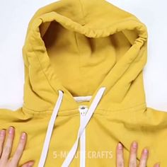 The best DIY projects & DIY ideas and tutorials: sewing, paper craft, DIY. Easy DIY video tutorial 10 awesome clothing tips that will make your life easier. Diy Clothes Hacks, Diy Clothes Videos, Clothing Hacks, Diy Videos, Shirts For Teens, Outfits For Teens, Boy Outfits, Hipster Crop Tops, Simple Pictures