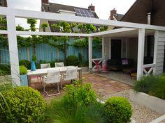 Rustieke tuin met houten veranda doorgetrokken naar terras
