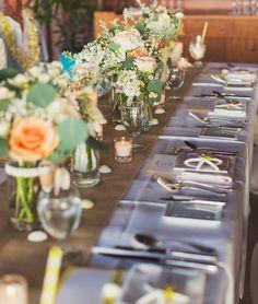 海が目の前のパーティ会場では木のぬくもりを大事にしつつ、ゲストテーブルにはハワイらしいシェルを飾りリゾート感をオシャレに演出♪