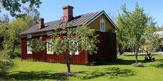 Talon pihapiiriä Stundarsin perinnekylässä. Perinnekylän talot ovat kaikki vanhoja, siirrettyjä hirsirakennuksia.