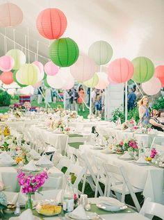 groene versiering in je partytent past bij het groen van het gras