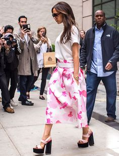 Victoria Beckham Ditches Signature Black Outfit for Summery Pink Poppy Skirt and Platform Sandals Victoria Beckham Outfits, David And Victoria Beckham, Victoria Beckham Style, Victoria Style, Queen Victoria, Victoria Beckham Collection, Victoria Fashion, Simply Fashion, Skirt Fashion