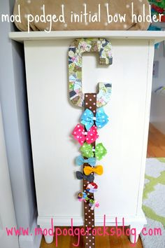 If you need a bow holder for your child's room use Mod Podge. This great budget craft tutorial will show you how it's done; customize with papers you love! Budget Crafts, Diy And Crafts, Crafts For Kids, Paper Crafts, Ribbon Crafts, Kids Diy, Diy Bow, Diy Hair Bows, Ribbon Hair