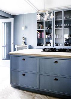stilvolle Küche mit reduziertem Design in Grau-Blau