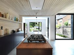 Use of wood textures: Timber kitchen extension in London Kitchen Interior, Kitchen Design, Kitchen Ideas, Kitchen Layout, Timber Ceiling, Ceiling Cladding, Ceiling Panels, Timber Kitchen, Interior Architecture
