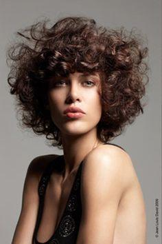 Coiffures tendances de l'été : cheveux bouclés