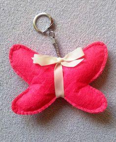 Ručně+šitý+motýlek+-+přívěšek+růžový+Motýlek+je+vyroben+z+plsti,+plněn+kuličkami+dutého+vlákna+a+ručně+obšit.+Zavěšen+je+na+karabince,+takže+lze+velmi+snadno+kamkoliv+jej+pověsit.+Ozdobí+kabelku,+klíče,+dětský+kočárek....+K+dispozici+v+barvě+růžové+a+tyrkysové.