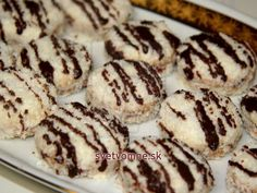 Krehké kokosové kolieska plnené lekvárom. Kolieska sú potreté jemným krémom a obalené v kokose. Ideálne ako vianočné pečivo.