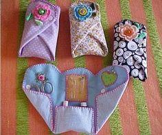 FINO FELTRO - FORTALEZA CE e BRASÍLIA DF: Presentes Especiais - Porta Agulhas, Jogo da Velha e Chaveiro Goen: Really cute idea for in your purse, for the college or camp bound, first home, etc. Everyone should have the basic sewing essentials handy! Sewing Hacks, Sewing Tutorials, Sewing Patterns, Sewing Kits, Dress Tutorials, Sewing Ideas, Quilt Patterns, Fabric Crafts, Sewing Crafts
