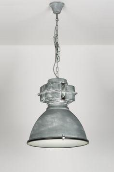 Artikel 89340  Stoere industriële hanglamp, van metaal, maar zo uitgevoerd dat het lijkt alsof deze lamp gemaakt is van zink. Onder de kap zit een mat glazen blender. Een blender zorgt ervoor dat het licht mooi egaal verdeeld wordt en hinderlijke inkijk wordt voorkomen.   De kap hangt met een ketting aan de plafondkap. http://www.rietveldlicht.nl/artikel/hanglamp-89340-modern-industrie-look-aluminium-glas-grijs-staalgrijs-rond
