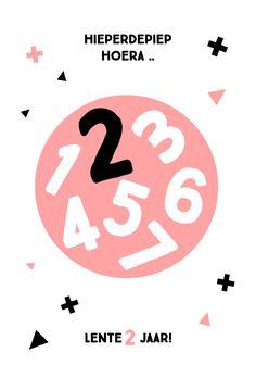 Kinderverjaardag uitnodiging met zwart, wit en peach met hippe geometrische vormen en cijfers.