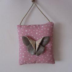 Décoration coussin mural, plaque de porte papillon origami en rose et beige : Décoration pour enfants par un-petit-pois-bleu-by-nymeria-creation