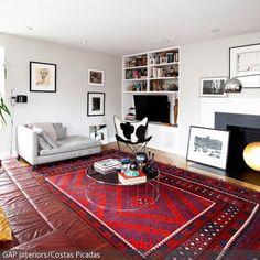der groflchige orientteppich in rot und blau und das ledersofa in braun geben in dem wohnzimmer - Wohnzimmer Rot Braun