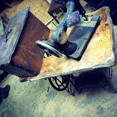 """""""Projekt Maszyna"""" Wreszcie coś ciekawego, a nir ciągle stare belki i drzwi  Renowacja zabytkowej maszyny do szycia. Sporo uszkodzeń i ubytków. #Sewingmachine #wood #furniture #joinery #carving #dizajn #decor #home #Houseinterior #architecture #woodworking #woodworks #style #handmade #instagood #followme #beautiful #drewno #holz #möbel #haus #stilvoll #meble #wnętrze #design #glamur #love #art #dom #ZielonaGóra"""