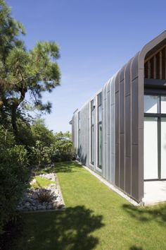 Private house in Anglet (France) by Rebeyrol Didier, Biarritz, Installer: SARL ZINC ADOUR  #Architecture #France #ContemporaryHouse #Zinc #VMZINC #NaturalZinc #Bilacquered #Roof #Façade #StandingSeam