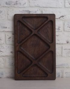 Дубовая менажница (25х40 см) Serving Board, Serving Plates, Wood Carving, Rustic Wood, Trays, Wood Crafts, Spoon, Cutting Board, Woodworking