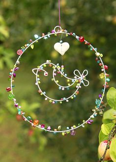 Ornament so this is just a painting but I want a very delicate wreath like this I love the multi hoop & small charms Beaded Crafts, Wire Crafts, Fun Crafts, Diy And Crafts, Crafts For Kids, Arts And Crafts, Carillons Diy, Wire Art Sculpture, Wire Ornaments