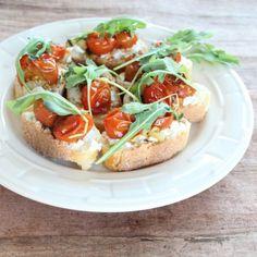 Roasted Tomato Ricotta Bruschetta - http://www.jellypin.com/roasted-tomato-ricotta-bruschetta/
