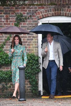 Royal Family Around the World: The Duke And Duchess Of Cambridge And Prince Harry Visit The White Garden In Kensington Palace after visiting the Sunken Garden on August 2017 in London, England. Kate Middleton Prince William, Prince William And Catherine, William Kate, William Arthur, Duchess Of York, Duchess Kate, Duke And Duchess, Princess Kate, Princess Charlotte