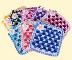 This free #crochet potholder pattern from Delights-Gems works well as a crochet dishcloth pattern as well. Such a pretty stitch!
