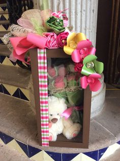 Caja oso con flores Diy Bouquet, Candy Bouquet, Balloon Bouquet, Valentine Baskets, Valentine Crafts, Valentine Day Gifts, Diy Gift Box Template, Rakhi Design, Diy And Crafts
