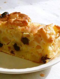 ✿簡単リンゴケーキ✿   つくれぽ800人感謝♡ 家にあるもので簡単♪ 一度食べたらもう一度食べたくなるケーキです♡    材料 りんご 大1個~(中なら1.5個~2個) ●小麦粉 100g ●ベーキングパウダー 小さじ1/2 ☆サラダ油 1/4カップ ☆たまご 1個 ☆砂糖 30g レーズン お好みで   作り方 1 ●を混ぜてふるっておく。 2 ☆を混ぜる。 りんごが少ない場合は、砂糖を多めにしたほうがよいです。 3 りんごをいちょう切りして、2に混ぜる。  (レーズンを入れる場合はここで入れてください) 4 1の粉を3回位に分けて3に入れ、混ぜる。 混ぜづらいですが頑張って。 4 型に入れ、180度で50分焼く。(オーブンは余熱しておいてね。)