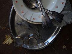 Huvilan vanhoja astioita.