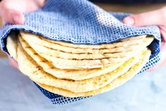 This easy flatbread recipe has few ingredients and only 1 hour of hands-off proofing time. Soft, fluffy and completely from scratch! Garlic Flatbread Recipe, Easy Flatbread Recipes, Burger Recipes, Soup Recipes, Pan Focaccia, Best Veggie Burger, Meatless Burgers, Savarin, Chicken Parmesan Recipes