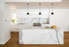 moderne Küche gestalten weiß grau Marmor Kücheninsel sehr auffallend futuristisches Design