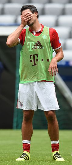 Bayern Munich's new defender Mats Hummels wipes his face during a training session of the German first division Bundesliga club FC Bayern Munich in...