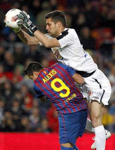 Barcelona's Alexis Sanchez (L) fights against Getafe's goalkeeper Moya during their Spanish First division soccer league match at Camp Nou stadium in Barcelona, April 10, 2012.