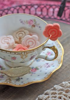 These are rose sugar cubes for tea. This small rose has a sugary scent . The red cubes taste like raspberry and the pink ones taste like strawberry! Cocina Light, Sugar Cubes, Cuppa Tea, Tea Sandwiches, My Cup Of Tea, Vintage Tea, High Tea, Afternoon Tea, Tea Time