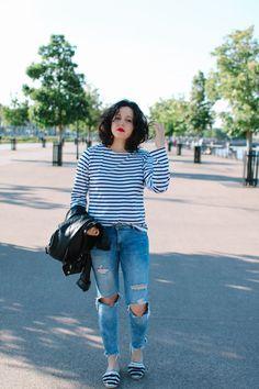 Idée look marin du printemps : marinière Saint-James, blue jean destroy, espadrilles à pompons marinières à rayures. #summer #spring #look #outfit #diy #denim #frenchstyle #casuallook #perfecto #weekend #stripes