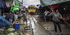 Um trem que passa 8 vezes ao dia em meio a um mercado