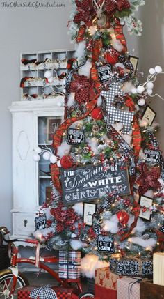 I've always preferred burgundy to red in my Christmas decor, but with the addition of black and white, I'm lovin' the red! ~mgh