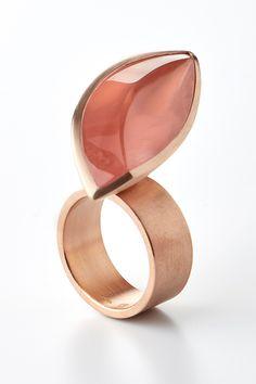 18 karat red gold ring with an 26,56 carat rose quartz gemstone. Designed by Antwerp jeweler Rembrandt Jordan