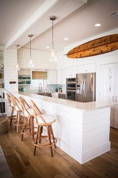 Surf Inspired Kitchen   http://www.muchomuchobuenobueno.com/2014/01/surfy-sundays-surf-inspired-homes.html