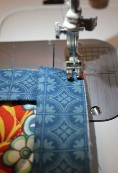 The other day I needed a quick gift for a friend and decided I'd make a couple of hot pads / pot holders for her. These are a quick projec. Quilting Tips, Quilting Tutorials, Machine Quilting, Sewing Tutorials, Sewing Ideas, Small Sewing Projects, Sewing Hacks, Sewing Tips, Quilt Patterns