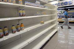 商品が不足しているベネズエラの首都カラカス(Caracas)のスーパーマーケットの店内(2012年1月22日撮影)。(c)AFP/Leo RAMIREZ ▼22Aug2014AFP|スーパー全店で客の指紋チェック導入へ、ベネズエラ http://www.afpbb.com/articles/-/3023795